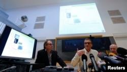 Patric Magnin (kanan) direktur forensik dan Francois Bochud, direktur fisika radiasi (tengah) RS Univ. Lausanne, berbicara dalam konferensi pers mengenai hasil tes terhadap jasad mendiang Arafat, 7/11/2013.