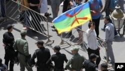 La police se déploie devant des manifestants à Rabat, Maroc, 11 juin 2017.