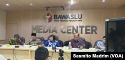 Direktur Eksekutif Migrant Care Anis Hidayah (tengah) bersama Anggota Bawaslu M Afifuddin saat berdiskusi di kantor Bawaslu, Jakarta, Senin, 29 April 2019. (Foto: Sasmito Madrim/VOA)