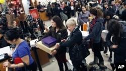 23일 미국 추수감사절 연휴에 보스톤 시내 백화점 할인 행사장.