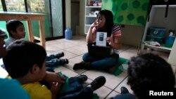 Un enseignant lors d'une séance de thérapie pour les enfants autistes dans un centre de l'Association guatémaltèque pour l'autisme, Guatemala, le 13 mars 2014