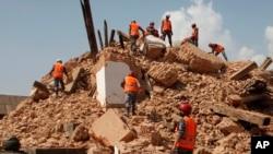 Tentara Nepal berusaha membersihkan reruntuhan sebuah kuil di Kathmandu, Nepal, Sabtu (2/5).
