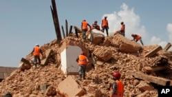 Nepalese soldiers clear wreckage in Kathmandu.