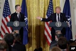 도널드 트럼프(오른쪽) 대통령이 지난 4월 백악관에서 옌스 스톨텐베르크 북대서양조약기구(NATO· 나토) 사무총장과 회담 후 공동기자회견을 진행하고 있다.