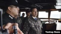 한민구 한국 국방장관이 이지스함 대비태세를 점검하고 있다.