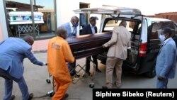 Abantu abanengi emhlabeni wonke jikelele lokhu bebulawa ngumkhuhlane weCOVID-19. (Reuters)