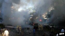 Архив: 2006 год. Пожарные тушат здание консульства США в Карачи, рядом с которым была взорвана бомба. Организатором этого теракта был признан Ильяс Кашмири.
