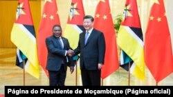 Presidente moçambique, Filipe Nyusi, e Presidente chinês Xi Jimping, em Pequim (Foto de Arquivo)