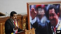 En editorial influyente periódico estadounidense presenta una imagen de Nicolás Maduro que se refugia en el legado de su predecesor Hugo Chávez.