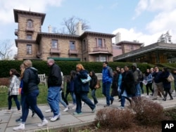 프린스턴 대학교 교정을 투어하고 있는 예비 학생들과 부모들.