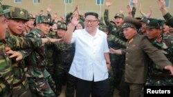 Lãnh tụ Triều Tiên Kim Jong Un thị sát Đơn vị 1524 của Quân đội Nhân dân Triều Tiên trong một bức hình không đề ngày tháng do Thông tấn xã Trung ương Triều Tiên công bố, ngày 30 tháng 6, 2018.