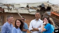 2013年5月26日奥巴马总统到奥克拉荷马州的穆尔镇察看上个星期被超强龙卷风摧毁的一所小学。