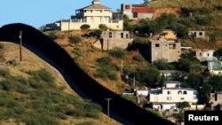 Perbatasan AS dan Meksiko di Nogales, Arizona dan Nogales, Meksiko di sebelah kanan (foto: ilustrasi).