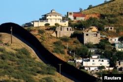 美国亚利桑那州的诺加利斯和墨西哥的诺加利斯(右侧)之间的边界墙(2016年9月9日)