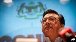 Menteri Transportasi Malaysia Liow Tiong Lai memberikan keterangan terkait insiden penembakan pesawat penumpang MH17 di sebuah hotel dekat bandara Sepang, Kuala Lumpur, Malaysia (18/7).