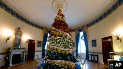 El árbol principal de la Casa Blanca, decorado en honor de los efectivos militares del país. Diciembre 2 de 2015.