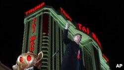 Donald Trump es visto durante la inauguración del Trump Taj Mahal Casino Resort en Atlantic City, Nueva Jersey, el 5 de abril de 1990.