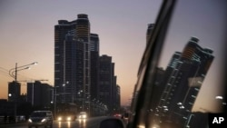 지난달 18일 평양 창전거리에서 해질녘 차창 밖으로 바라본 고층아파트들.