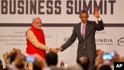 지난 26일 인도를 방문한 바락 오바마 미국 대통령(오른쪽)이 뉴델리에서 열린 인도-미국 기업인 회의에서 나렌드라 모디 인도 총리와 악수하고 있다.