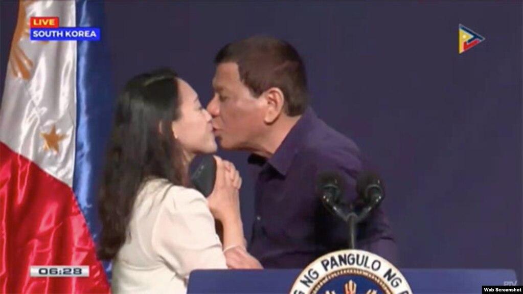 Tổng thống Philippines Rodrigo Duterte hôn môi một nữ công nhân tại Hàn Quốc, ngày 3/6/2018. Ảnh: PTV