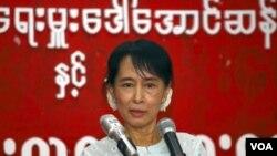 Pemimpin oposisi Aung San Suu Kyi dan partainya, NLD, baru-baru ini mengimbau berbagai negara untuk mempertimbangkan kembali sanksi mereka bagi Burma.