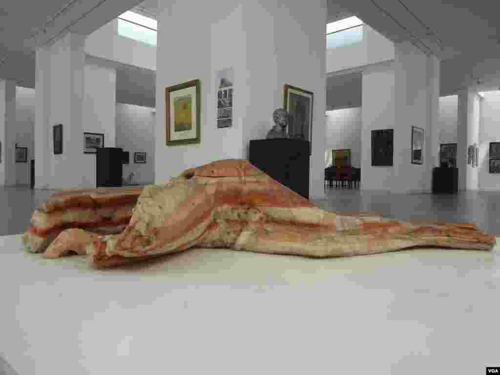 آرٹ کے دلدادہ افراد کے لیے بنائے گئے الحمرا آرٹ میوزیم میں پاکستان کے نامور آرٹسٹوں کے کام کو نمایاں کیا گیا ہے۔