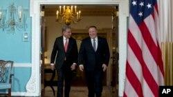 پاکستان کے وزیر خارجہ شاہ محمود قریشی نے واشنگٹن میں محکمہ خارجہ کے دفتر میں اپنے امریکی ہم منصب مائیک پومپیو سے ملاقات کی۔ 17 جنوری 2020