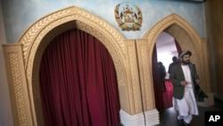 一位阿富汗议员离开在喀布尔举行的会议