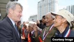 美国驻华大使博卡斯与二战中国老兵会面(2015年,图片来源:美国驻中国大使馆)
