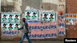 Des affiches de campagne devant un bureau de vote à Antananarive, la capitale, le 25 octobre 2013.