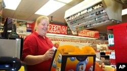 Los centros de ventas de lotería se convertirán en punto obligado de compra para millones de personas que probarán a la suerte.