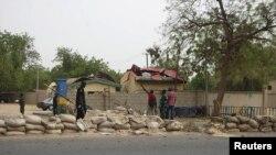 Situasi di depan kantor pusat kepolisian Nigeria di Maiduguri pasca serangan bom (8/6). Serangan bom bunuh diri di depan kantor ini menewaskan empat orang termasuk seorang polisi dan melukai tujuh orang lainnya.