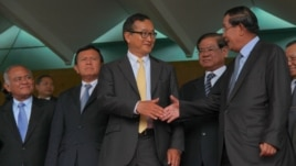 Sam Rainsy CNRP leader (3rd from left) and Hun sen CCP (first from right) leader at meeting on Tuesday July 22 2014.