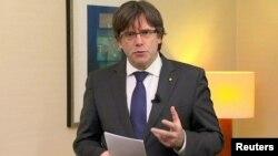 Mantan Pemimpin Catalonia Carles Puigdemont memberikan pernyataan di Brussels, Belgia (2/11).