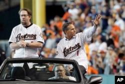 Jeff Bagwell (izq.) junto a su compañero de los Astros de Houston Craig Biggio de camino a la celebración del triunfo de su equipo en la Serie Mundial de 2005.