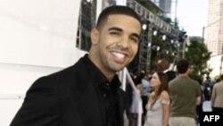 Rihanna al parecer sostuvo una relación sentimental con Drake Graham luego de terminar su relación con Chris Brown en 2009, por maltrato físico.