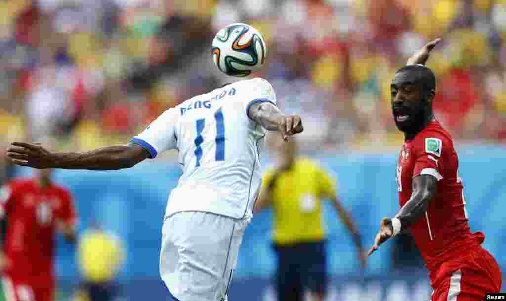 سوئٹزرلینڈ کے جون ڈی جورو اور ہونڈوراس کے جیری بینگٹ سن فٹ بال کے لیے ایک دوسرے سے جھگڑتے ہوئے