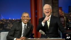 奧巴馬在CBS錄製節目休息時與主持大衛-萊特曼合照