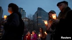 Warga Boston mengenang para korban ledakan bom pada acara Marathon Boston (16/4). Warga Muslim AS, sama seperti warga lainnya, juga menunjukkan rasa duka terhadap para korban ledakan di Marathon Boston.