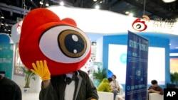 资料照:北京举行的全球移动互联网大会上的新浪微博的展台。(2017年4月27日)