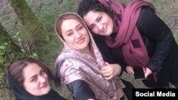 آتنا دائمی(راست) و خواهرانش