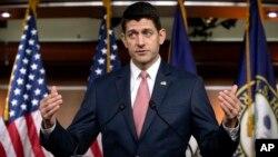 El presidente de la Cámara de Representantes, Paul Ryan, habla con los reporteros durante su conferencia de prensa semanal, el jueves 10 de mayo.
