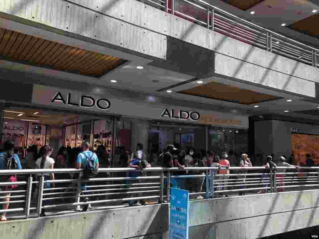 Quienes decidieron aprovechar el adelanto de la fecha hicieron filas desde temprano para esperar que abrieran las tiendas. Así se vio en el centro comercial el Sambil, hacia el este de Caracas. Foro: Fabiana Rondón - VOA.
