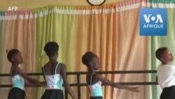 Un danseur nigérian enseigne le ballet dans un quartier populaire de Lagos