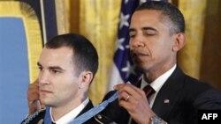 Президент США Барак Обама (справа) и старший сержант Сальваторе А. Джьюнта во время награждения. Белый дом. Вашингтон. 16 ноября 2010 года
