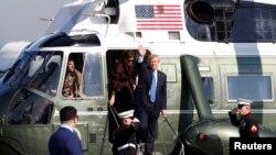 美国总统川普和第一夫人梅拉尼亚乘坐海军陆战队一号直升机抵达东京外围的美国空军基地,准备乘空军一号前往首尔(2017年11月7日)