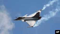 """2015年6月19日巴黎舉行的航空展上的法國""""陣風""""(Rafale)戰鬥機。"""