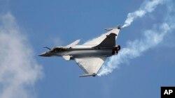 Phản lực cơ Rafale trong một buổi trình diễn ở sân bay Le Bourget, Pháp, 19/6/2015.