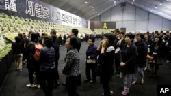 한국 경기도 안산시에 마련된 세월호 침몰사고 희생자 합동분향소에 30일 조문들객들의 발길이 끊이지 않고 있다.