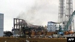 Công nhân Nhật Bản phải di tản khỏi nhà máy điện hạt nhân Fukushima sau khi khói đen bốc lên từ một trong 6 lò phản ứng hạt nhân của nhà máy